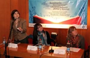 Claudia Gilardoni, exponiendo sobre fomento lector en el Seminario de Literatura Infantil y Juvenil (Junio 2012)