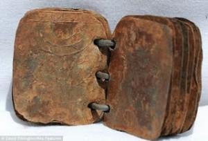 Entre el 2005 y el 2007 el arqueólogo David Elkington encontró en una gruta de Jordania un grupo de 70 libros con 15 hojas de hierro cada uno.