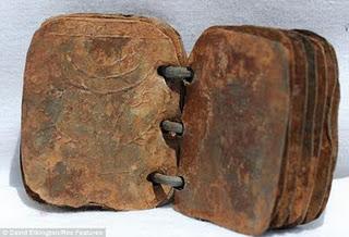 En una gruta de Jordania se descubrieron entre 2005 y 2007 un grupo de 70 libros con 15 hojas de hierro cada uno, del tamaño de tarjetas de crédito. Información entregada por el aequeólogo David Elkington.