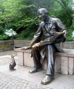 Estatua en honor a Hans Christian Andersen en Central Park, Nueva York