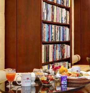 Desayuno continental con libros en la carta