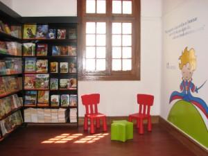 Son pocas las librerías que tienen sectores cómodos para que los niños escojan sus libros