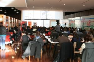 Casi 150 personas llenaron la sala de BiblioGAM, espacio muy atractivo y cómodo para realizar estos eventos.