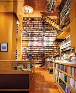 El espacio y la infraestructura juegan un rol importante en la librería Ulises, de barrio Lastarria