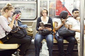 En el metro o diversos medios de transporte podemos ver a los jóvenes leyendo