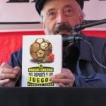 El profesor, escritor y recopilador Floridor Pérez frente al público