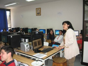El uso del laboratorio de computación es impresindible:  cada alumno debe contar con un PC conectado a internet para seguir el curso