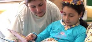 Una de las niñas hospitalizadas, disfrutando de uno de los libros