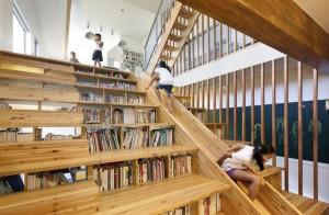 La biblioteca tiene un tobogán, libros entre las escaleras, etc.
