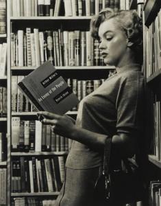 Marilyn leyendo escritos de su marido