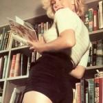 Marilyn posando para la revista LIFE, en su biblioteca