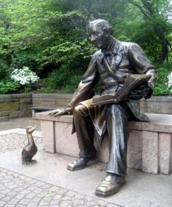 Estatua en honor a Hans Christian Andersen en Central Park, Nueva York