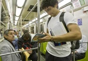 Cada vez  podemos ver más personas leyendo en el metro