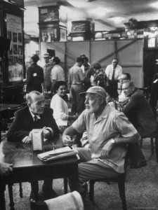 Noel Coward  en amena charla con Ernest Hemingway en  Joe's Bar