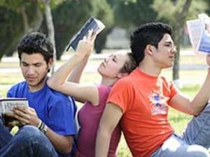 Los jóvenes suelen compartir sus aficiones: la lectura no es la excepción