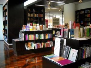 Interior de la Librería LEA+, en el GAM