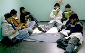 A la hora de leer, todos los lugares valen. No hay que dupeditar la lectura a un espacio físico como la Biblioteca. Debe haber libertad para que lean dónde y cómo quieran