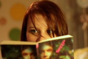 """""""Eres lo que lees"""". El estilo de un adolescente se traduce no sólo en la forma que se viste y la música que lee. También en lo que lee"""