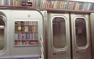 El usuario debe acercar su smartphone al afiche ue se encuentra al lado de las puertas del metro