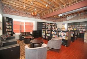 El salón de lectura, cómodo, espacioso e iluminado