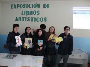 Los alumnos, posando con los libros que más llamaron su atención