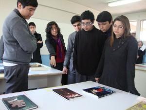 La profesora a cargo de la actividad mostrando detalles de uno de los textos