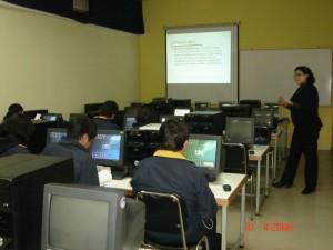 Yasna (en la fotografía) realiza personalmente todas las sesiones de capacitación en ALFIN